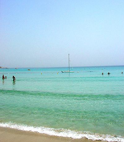 schwarzer langer Strand